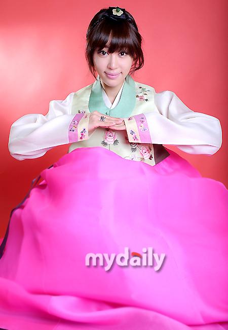 韩国女星姜艺苑穿韩服拍写真