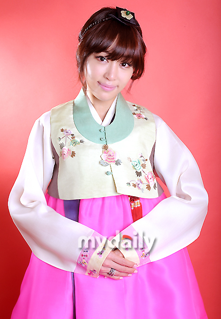韩星姜艺苑穿韩服拍写真 为粉丝送新年祝福