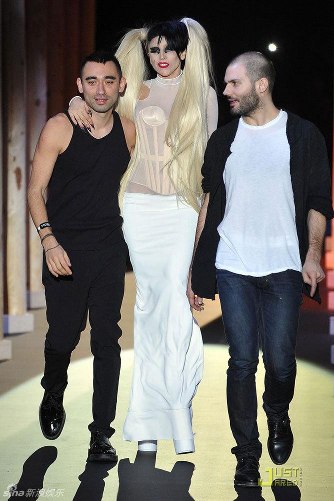 组图:Lady Gaga出席时装秀 脸上点痣造型依旧