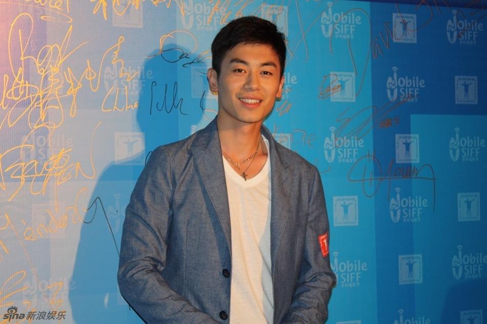 组图:朱亚文上海电影节获奖 笑容迷人展亲和力