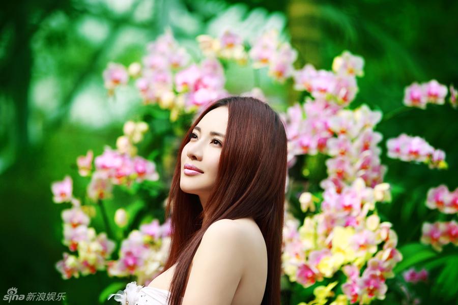 女星孟茜犹如花中仙子