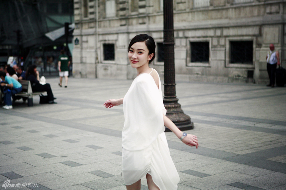 高清图:霍思燕漫步巴黎街头 清新浪漫绽放东方美