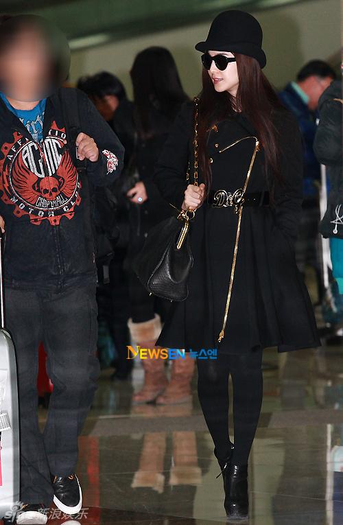 组图 范冰冰韩国机场街拍LOOK黑色大衣搭黑帽图片