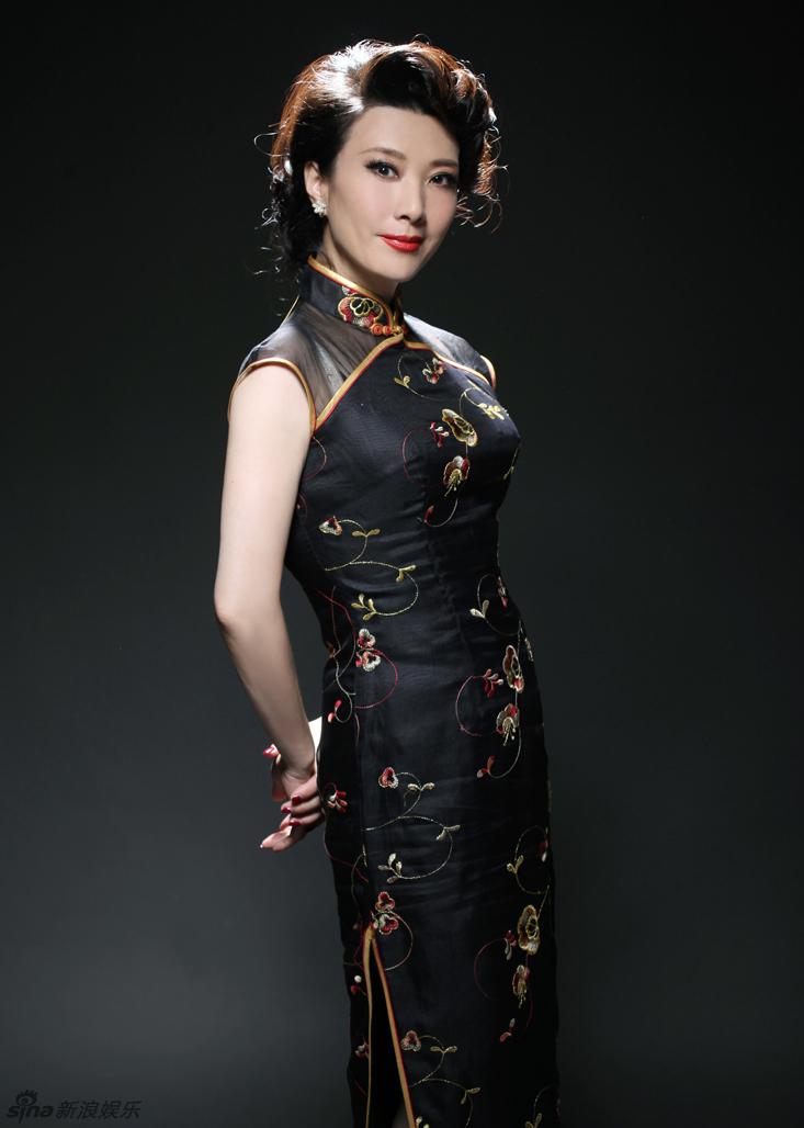片中她身着黑色旗袍,妆容精致,造型宛如旧上海影星,尽显女人迷图片