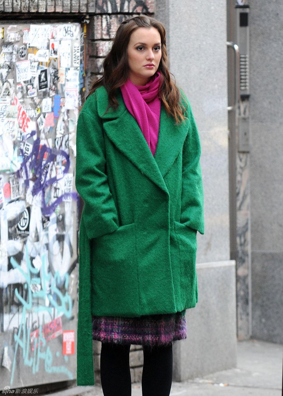 大衣搭配桃红围巾