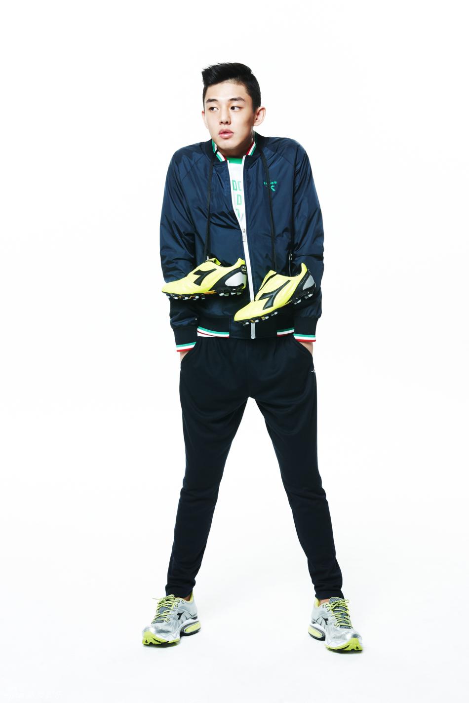 刘亚仁日前为某运动装品牌拍摄一组写真,身着各种不同款式时尚
