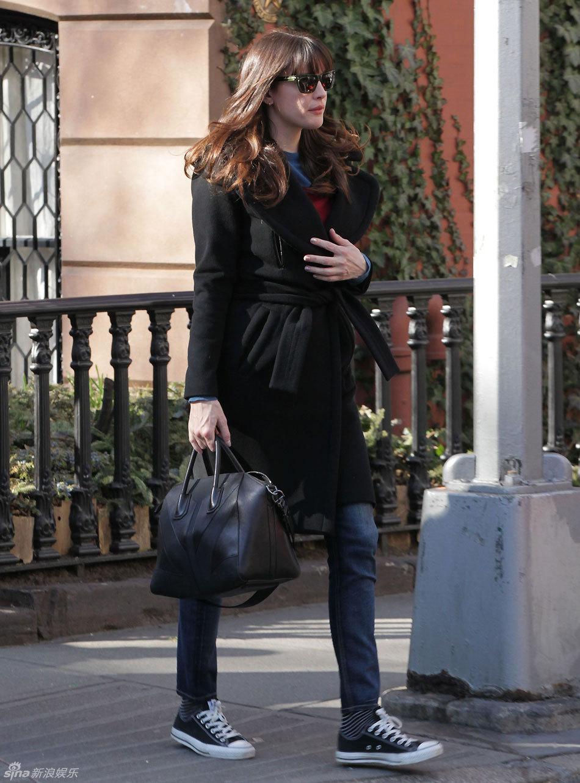 黑色大衣搭配牛仔裤
