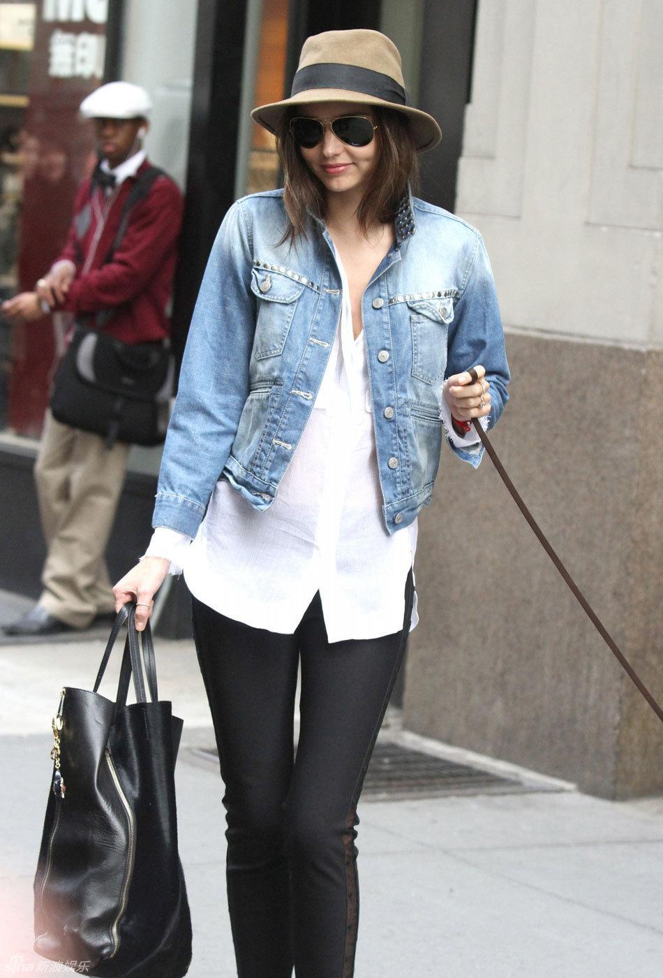 高清组图:超模米兰达-可儿街拍牛仔外套搭衬衣图片
