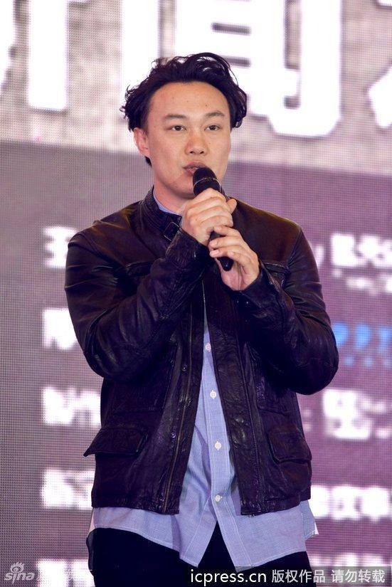 陈奕迅为重庆演唱会造势 喝大碗茶入乡随俗