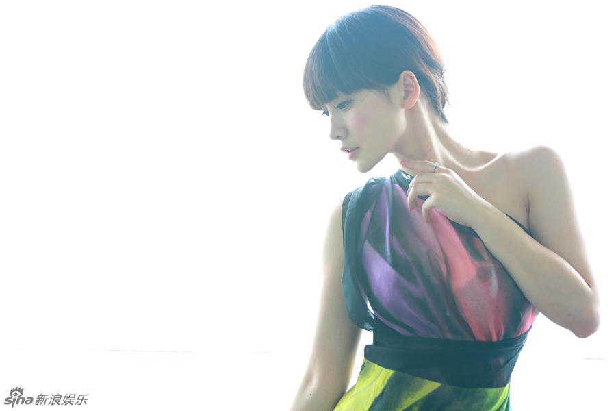 柳岩彩纱逆光身姿优雅 笑容迷人清新十足