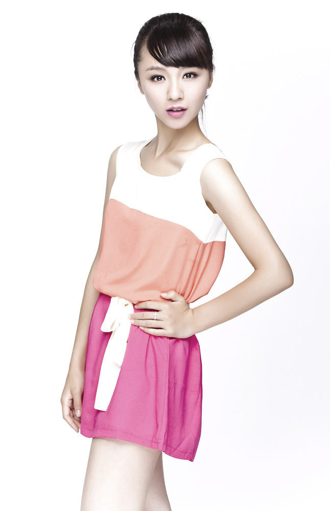 饰演周娟的青年演员刘婧,于近日发布最新写真大片,展现出甜美纯