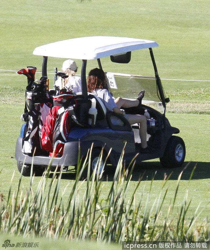 斯图尔特大晒高尔夫球技 挥杆动作英气逼人