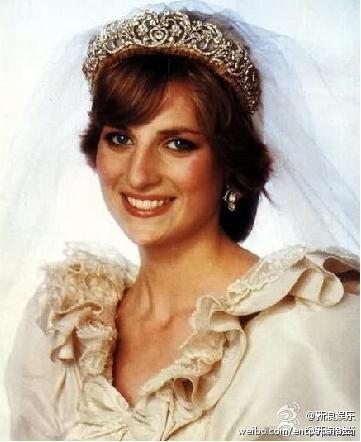 年8月31日,戴安娜王妃在巴黎塞纳河畔遇车祸身亡.很多网友在微