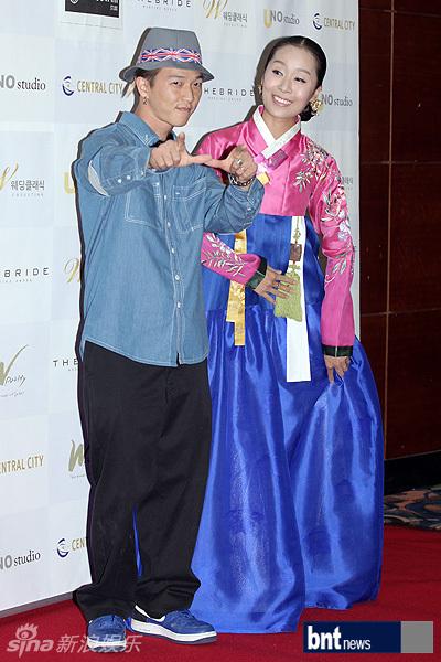 新浪娱乐讯 9月8日,韩星李juno在首尔与女友朴美莉(音译)举行婚礼,杨