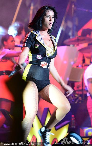 演出服狂抖性感肉腿,现场还挑选出一名粉丝上台与她性感大跳贴面舞,贴