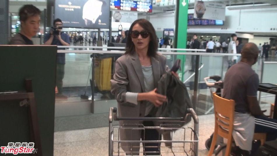周迅现身香港机场
