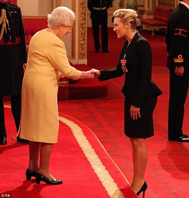 莎白女王颁发的三等勋位爵士封号,优雅授勋的凯特戴美艳头饰似燕