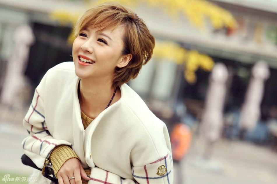 刘婧冬日街拍 可爱笑容展现率真天性