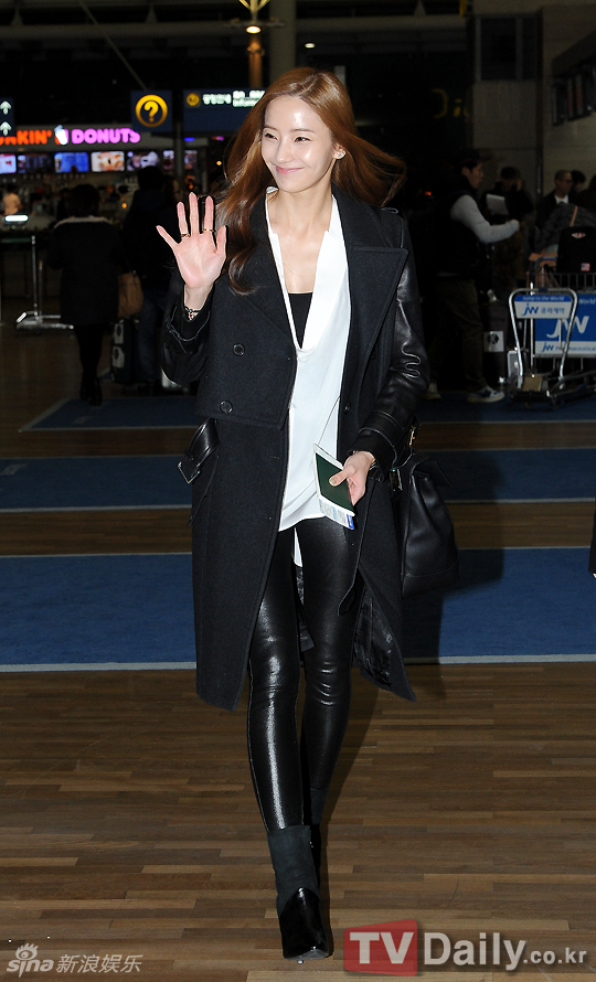 韩国女演员韩彩英为了参加有线台Mnet举办的《2012 MAMA》颁奖