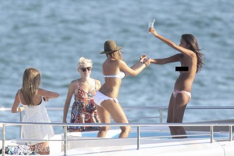 美女们围着莱昂纳多热聊