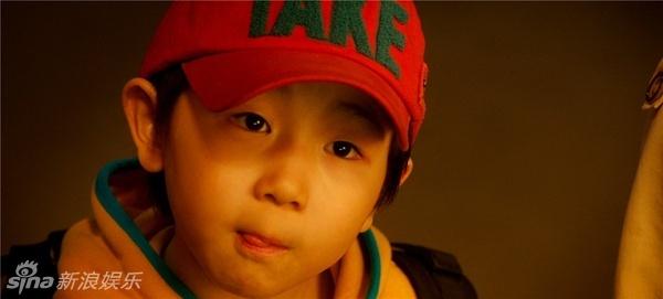 浪娱乐 影片《愤怒的小孩》曝光搞笑剧照,该片讲述了两个离家出