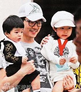 ,网友曝光一组任贤齐家庭照,妻子Tina端庄,一双儿女可爱.任贤