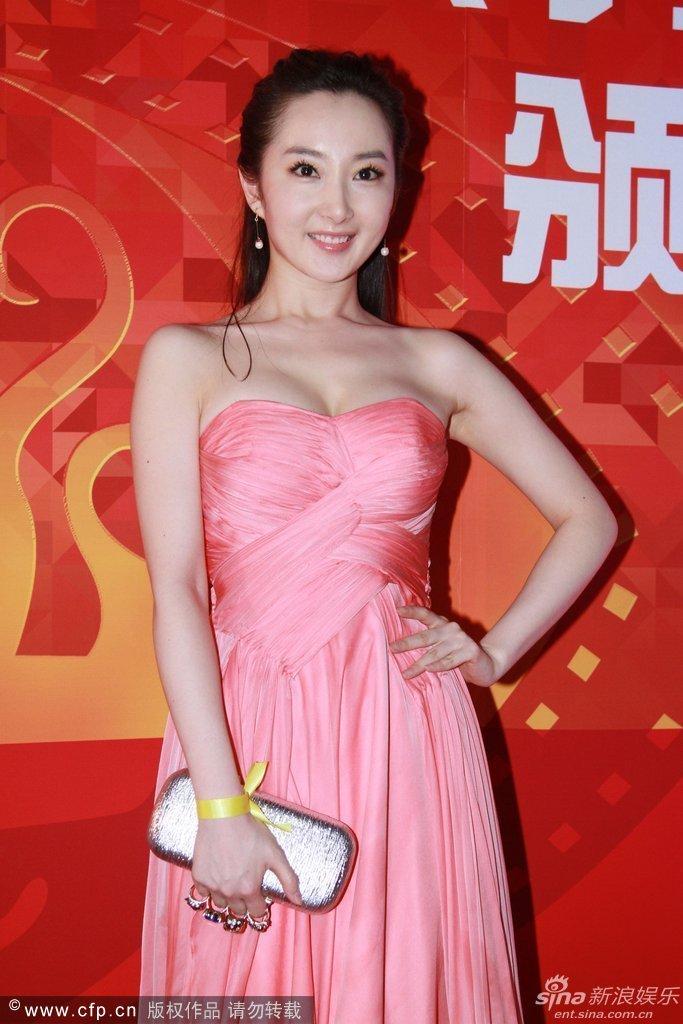 组图 程媛媛亮相 着粉红抹胸礼裙性感走红毯