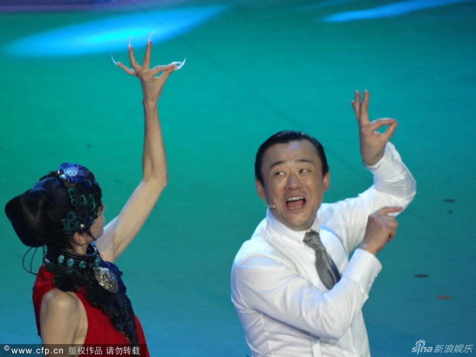 """""""孔雀舞"""".周立波被要求演""""公孔雀"""",跟随杨丽萍的舞蹈动作"""