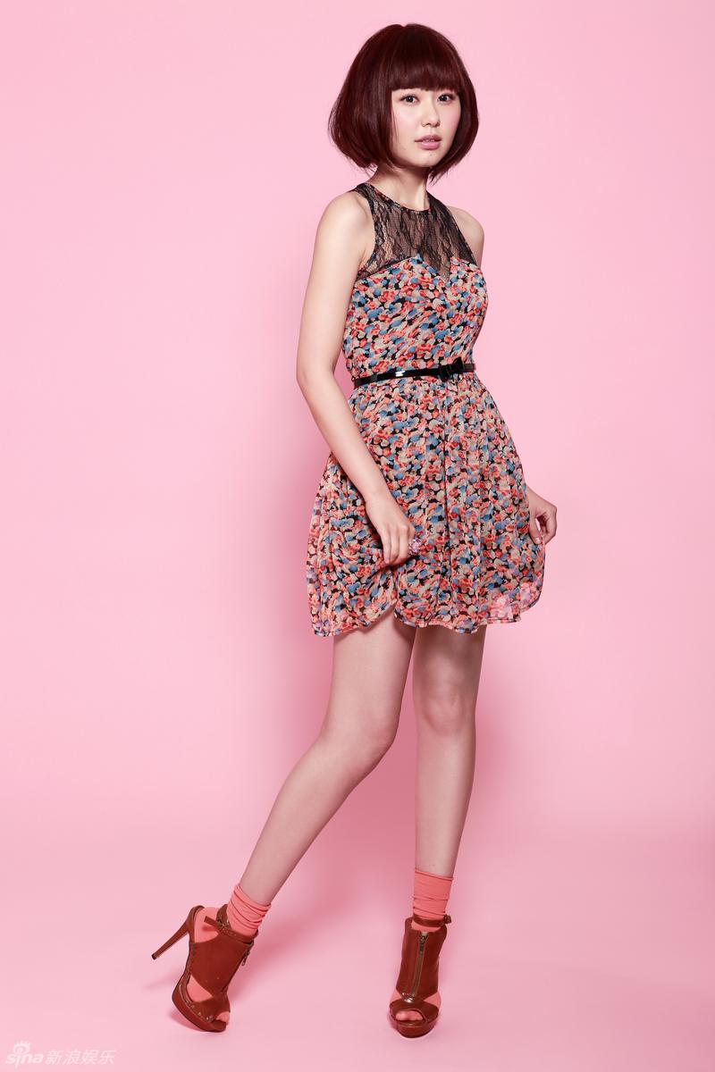 组图:孙耀琦最新写真俏丽花裙出镜秀美腿