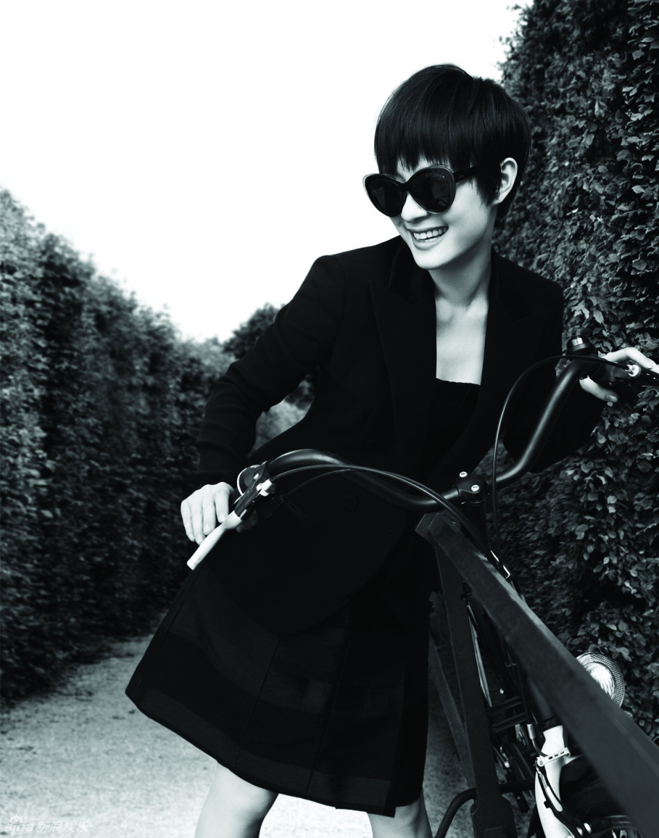 娱乐讯 近日,孙俪为某杂志拍摄的封面大片曝光,她神情悠闲地游