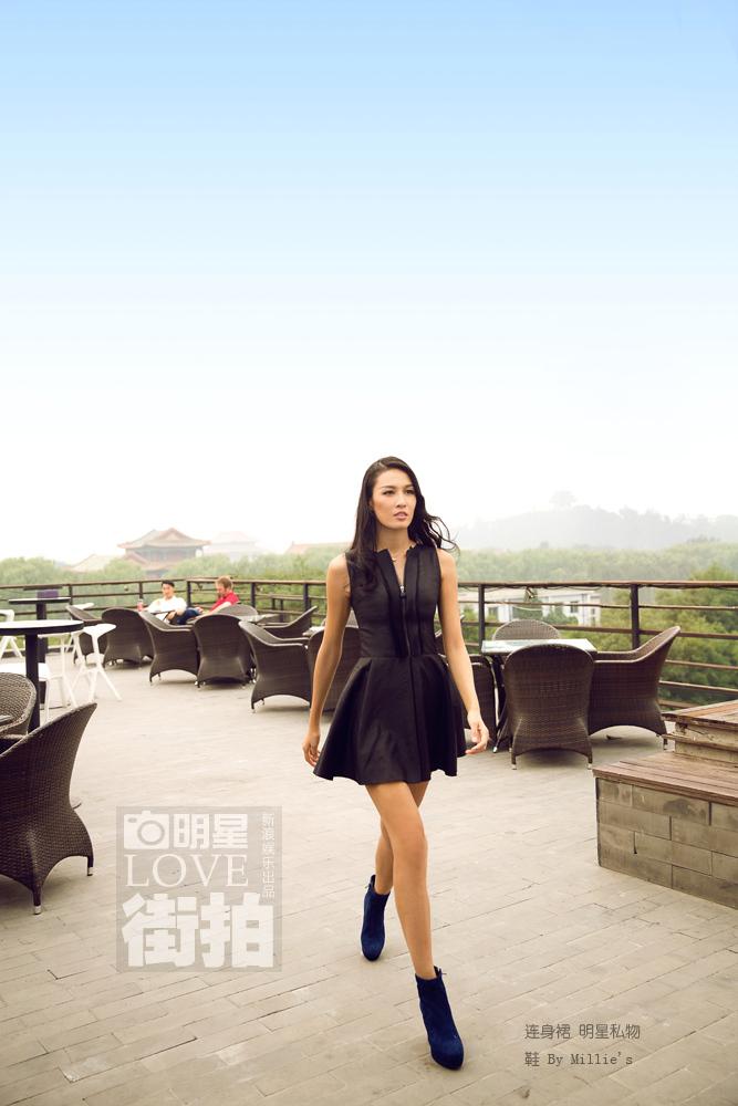 明星爱街拍:张蓝心秀性感美腿与时尚并肩前行