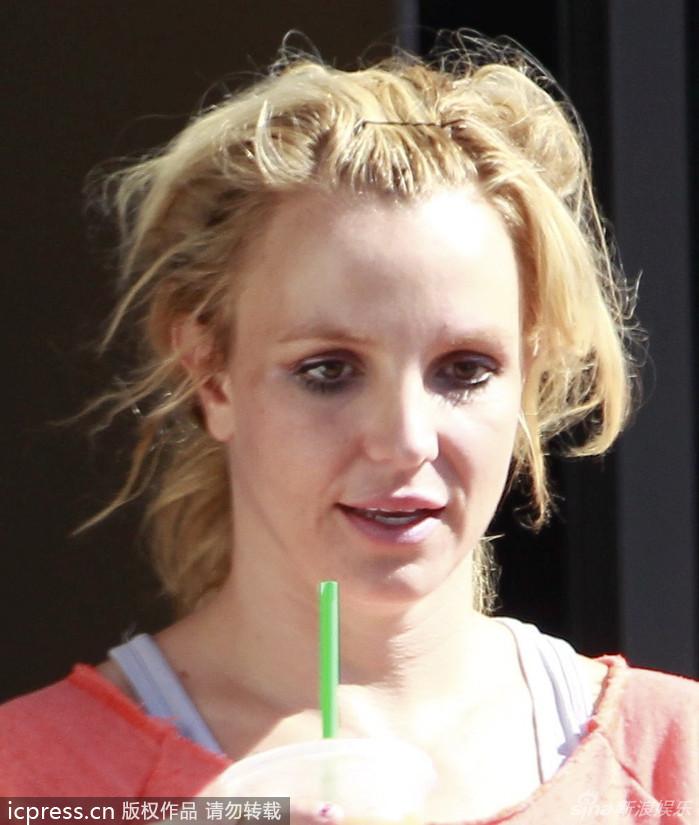 21日,美国,小甜甜布兰妮(Britney Spears)满头乱发顶黑眼圈喝
