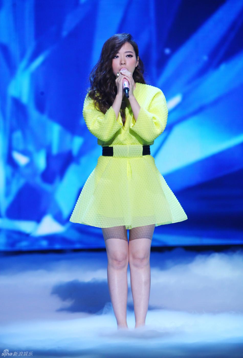 组图 张靓颖穿清新小绿裙现身 为中韩歌会献唱