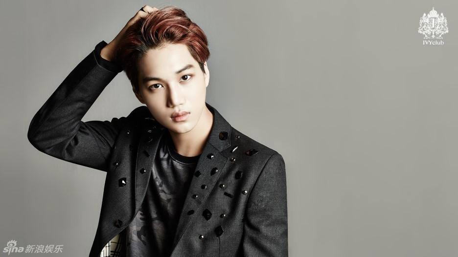 韩国偶像组合EXO与女演员徐艺智一起为代言品牌拍摄的校服广告写