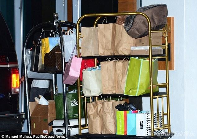 组图:西蒙带儿子坐私人飞机回家 行李堆积如山