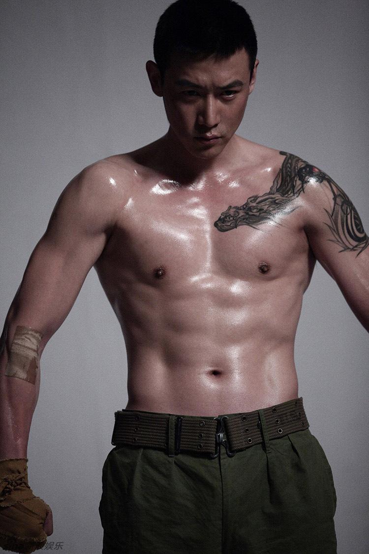 组图 英雄之战 陆毅秀身材 半裸上阵露纹身