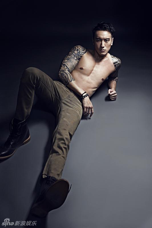 中港台日韓偶像情報站 王牌麻辣小學堂型男大歌星來了: 王陽明時尚大片半裸秀身材 刺青吸睛