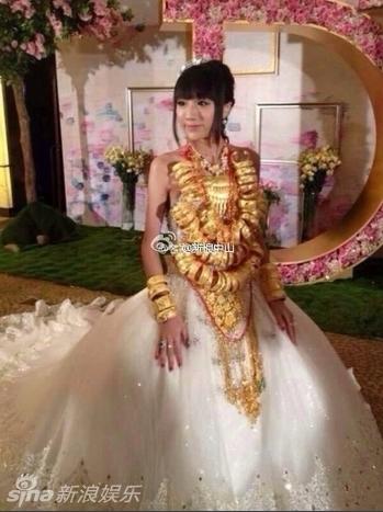 组图 广东新娘结婚挂70个金镯 新郎戴多条金链