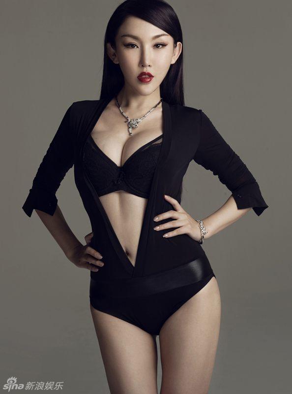 新浪娱乐讯 日前,周诗雅发布最新写真,纯黑色深v连体服衬托出姣好的