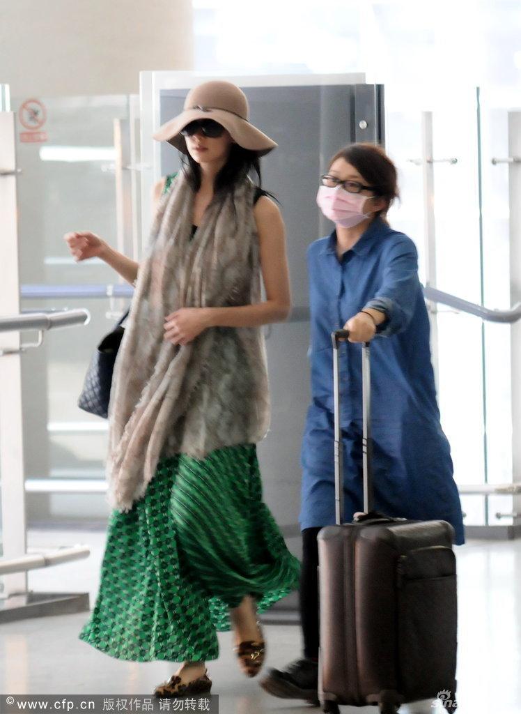 林志玲戴大檐帽现身机场图片