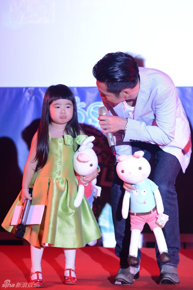 组图 曹格欲跟黄磊结亲家 女儿听村长秒变哭脸图片
