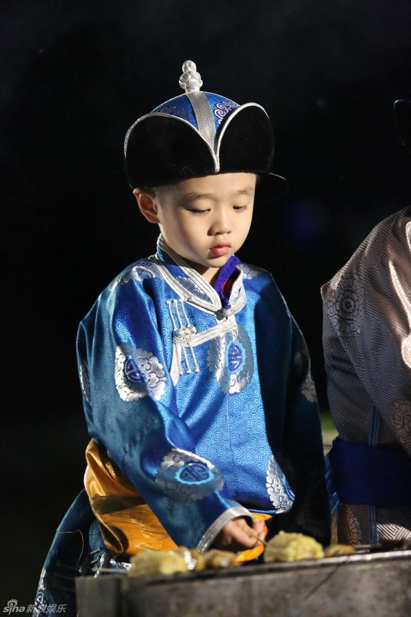 组图:《爸爸2》草原篝火晚会 萌娃成可爱吃货_高清