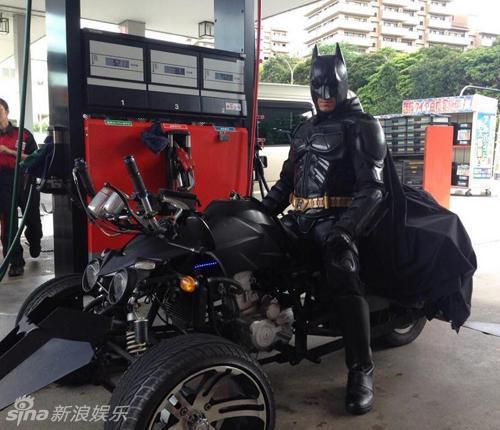 组图:日本41岁男子扮蝙蝠侠 骑改装车市区狂飙