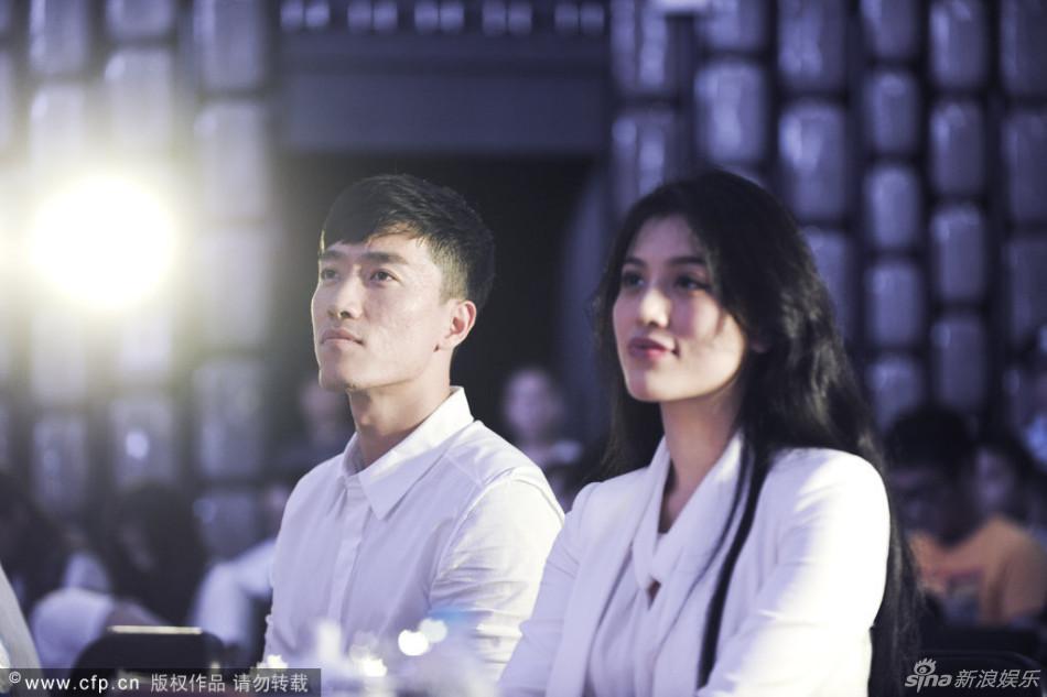 组图:刘翔领证后牵娇妻首亮相 葛天不停努嘴