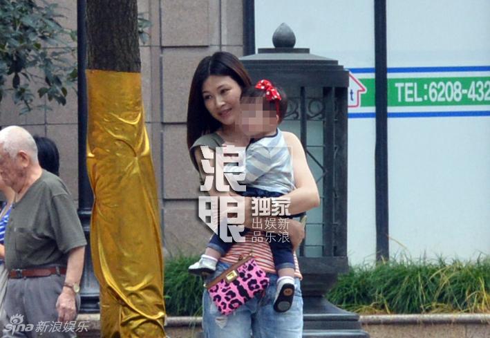 独家 童蕾高档小区抱女孩玩耍 疑似女儿曝光