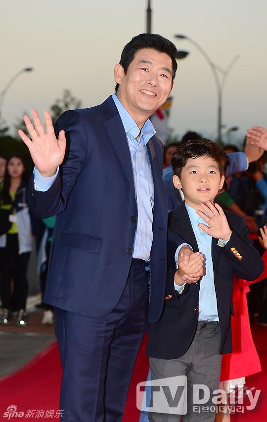 组图 成冬日携儿子成俊亮相釜山电影节红毯图片