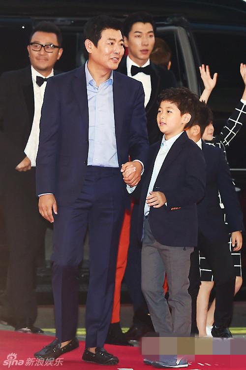组图 张亮郭涛王岳伦携子现身釜山电影节红毯图片