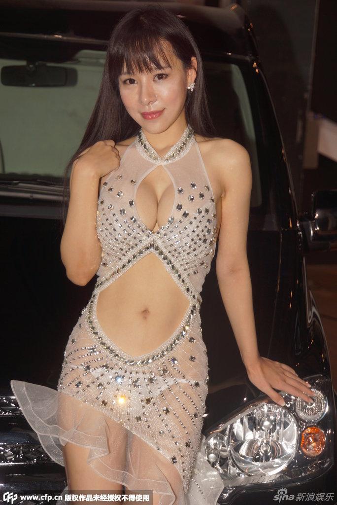 上海汽车博览会上的大尺度酥胸车模