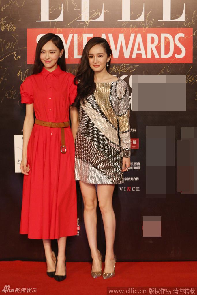 典在上海举行.杨幂身穿串珠拼色短裙秀性感美腿,与好姐妹唐嫣牵