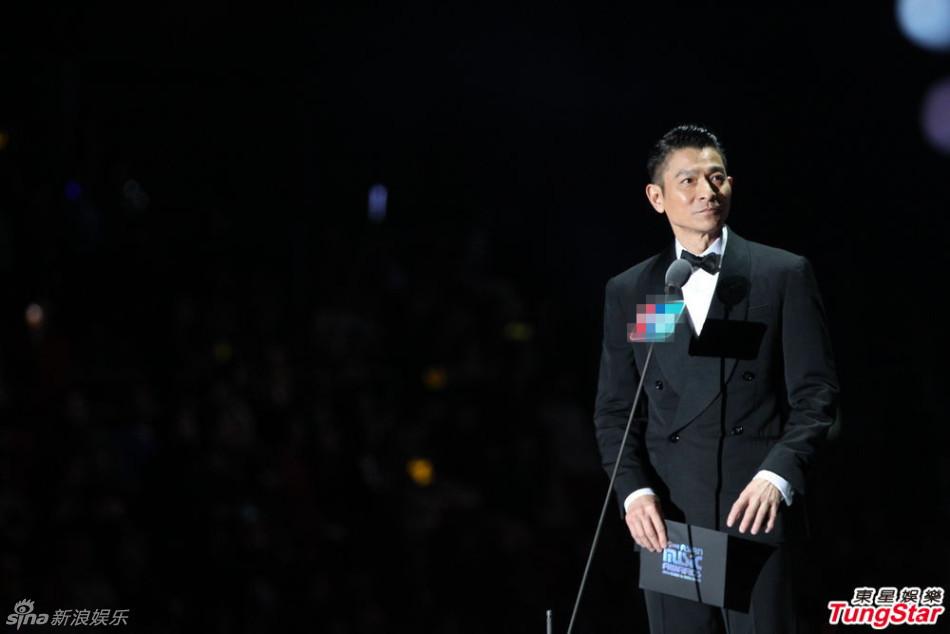 """新浪娱乐讯 2014MAMA颁奖礼在香港举行.EXO从刘德华手中接下"""""""